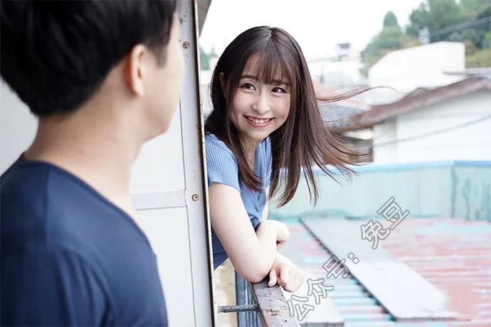 成田紬(成田つむぎ)喝醉酒后被邻居送回了家