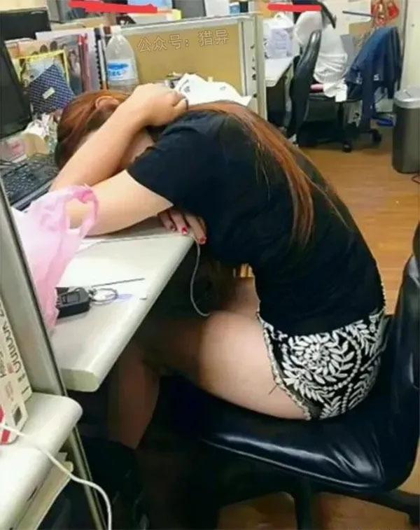 妹子上班天天睡觉这工作状态不行