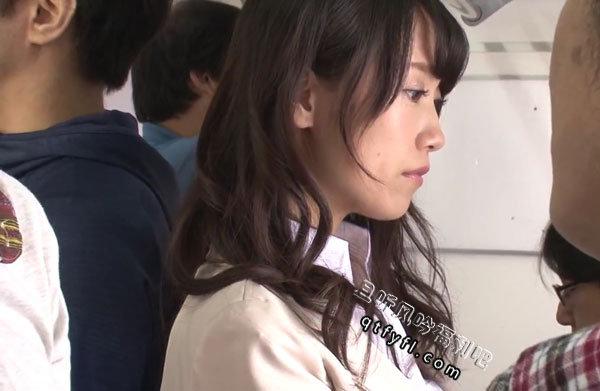 长濑麻美在公交车上有人悄悄将手伸向了她
