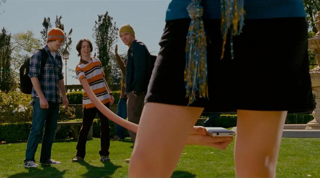 你有长手偷拍我裙底,我有长腿踢你裆底。