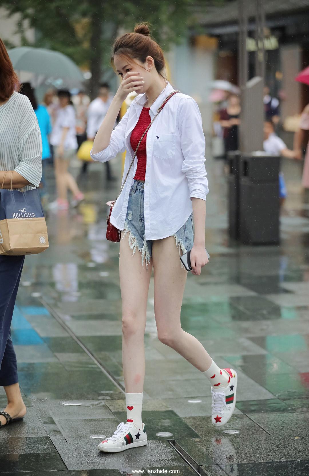 街拍:樱桃小嘴大长腿,谁家的小姐姐这么美?