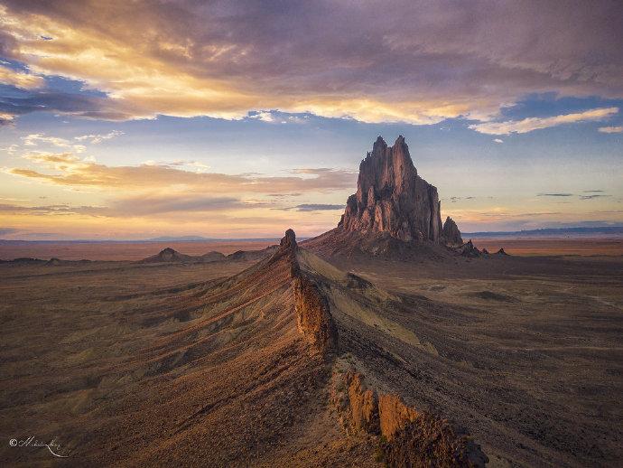 殿下,这里便是人间的边界,翻过这道山脊就是魔域了