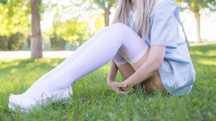 绿茵草地上的白丝少女