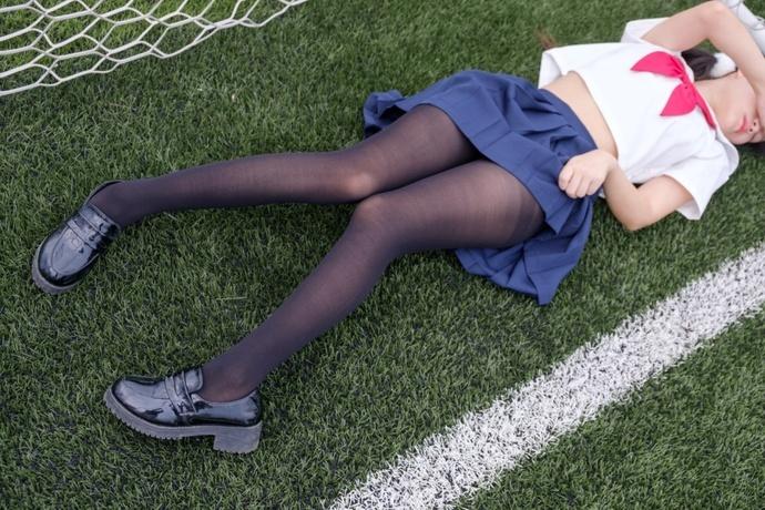 球门进去一个黑丝少女 清纯丝袜