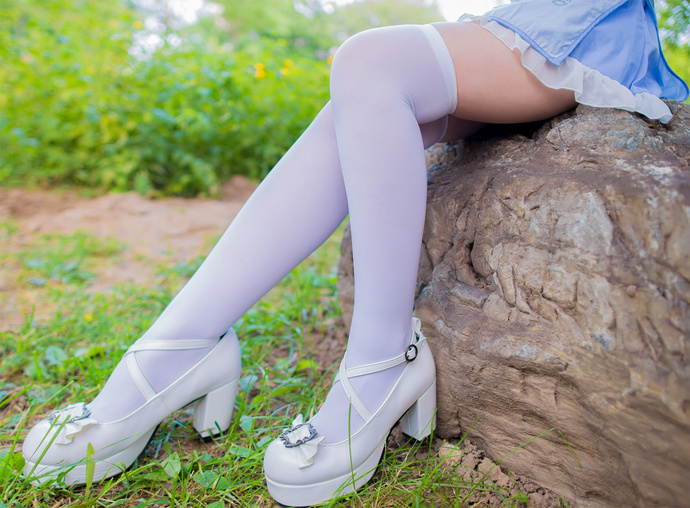 郊外的白丝旗袍少女