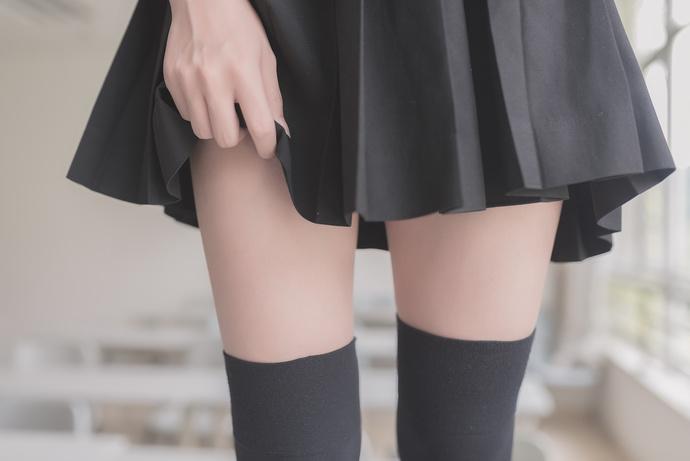 非得踩在桌子上的学生妹 清纯丝袜