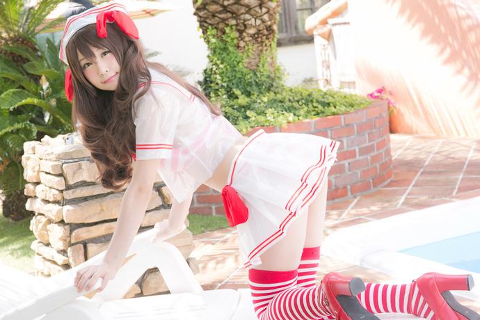 泳池的红白丝袜少女