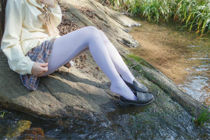 抓到一个野生白丝萝莉 清纯丝袜