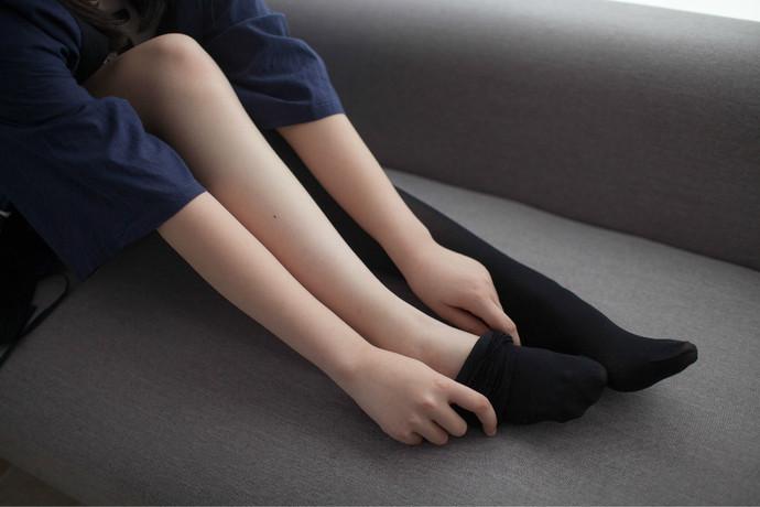穿上黑丝的短裙萝莉