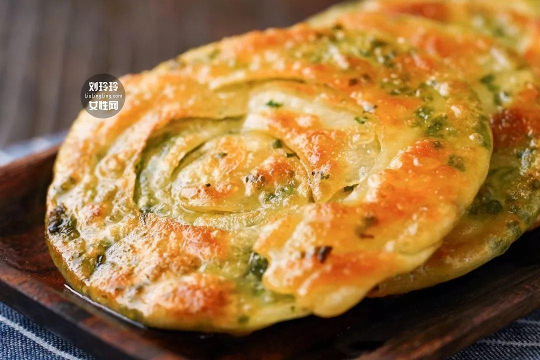 饺子皮葱油饼的做法 在家也可以做好吃的葱油饼1