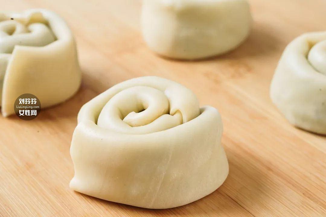 饺子皮葱油饼的做法 在家也可以做好吃的葱油饼8