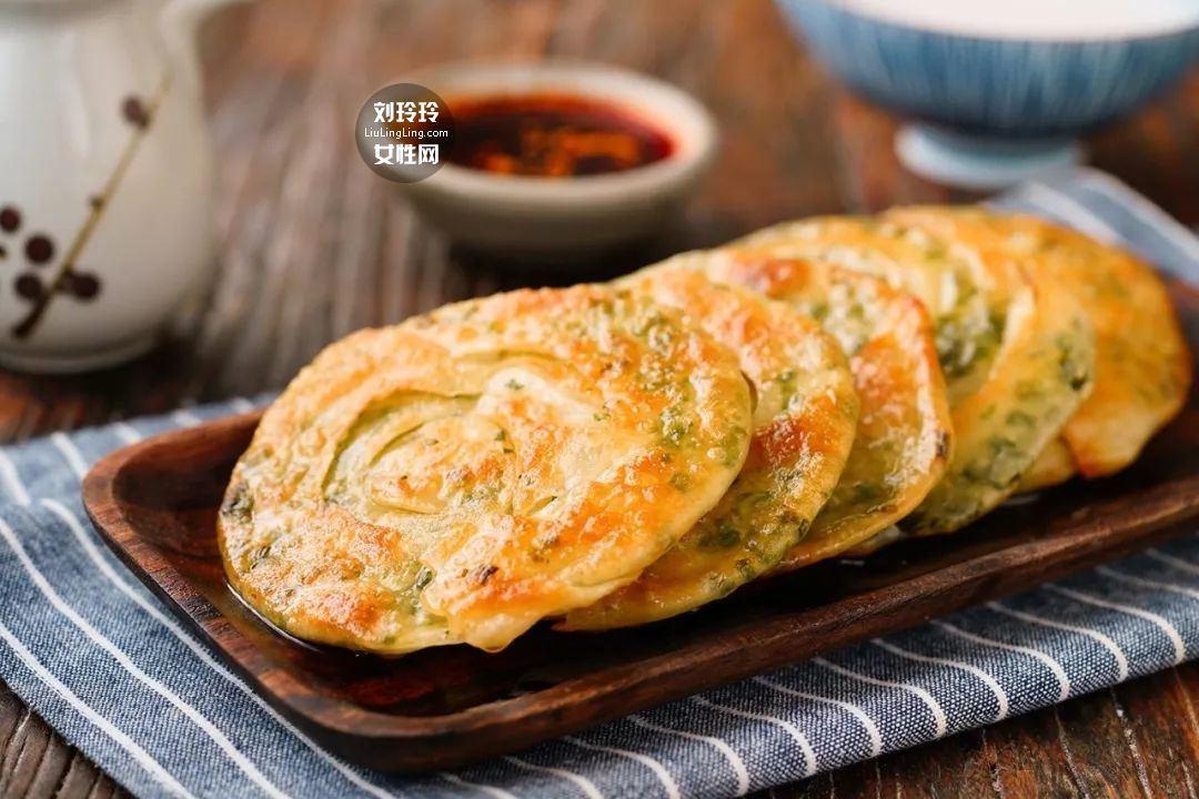 饺子皮葱油饼的做法 在家也可以做好吃的葱油饼12