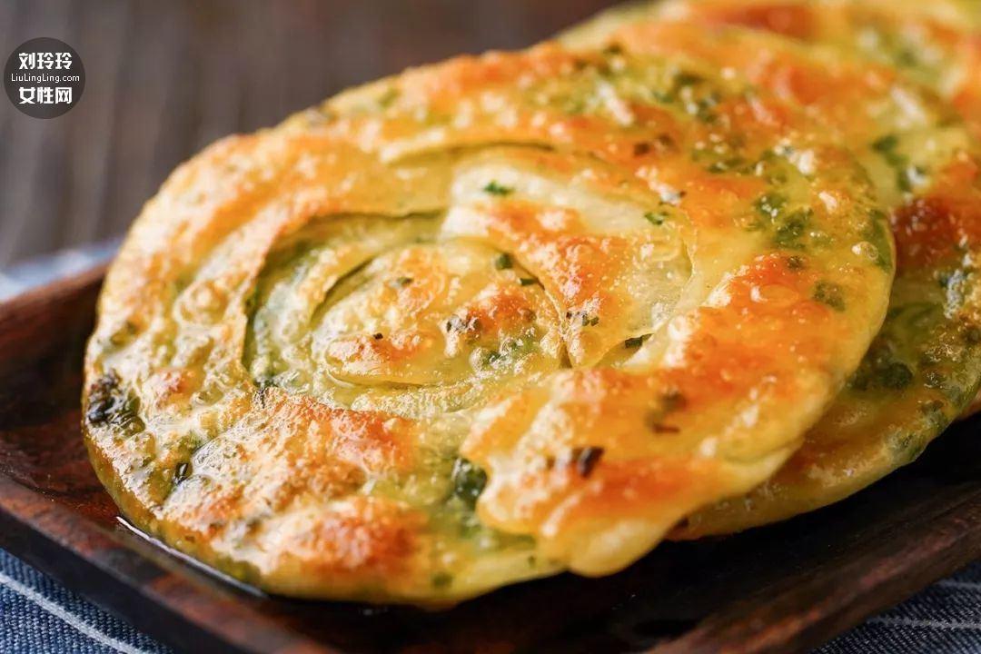饺子皮葱油饼的做法 在家也可以做好吃的葱油饼13