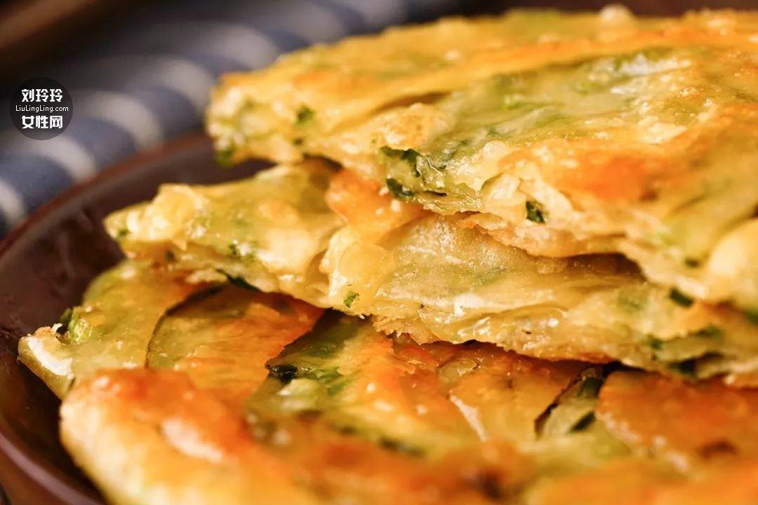 饺子皮葱油饼的做法 在家也可以做好吃的葱油饼15