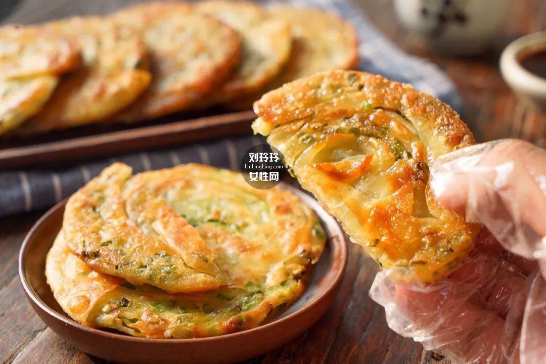 饺子皮葱油饼的做法 在家也可以做好吃的葱油饼16