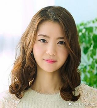 发量少的女生适合什么发型?九款时尚烫发最显丰盈 服饰潮流 图9