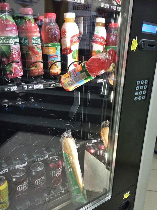 准备再买瓶饮料把面包砸下来,这位朋友想法是好的……