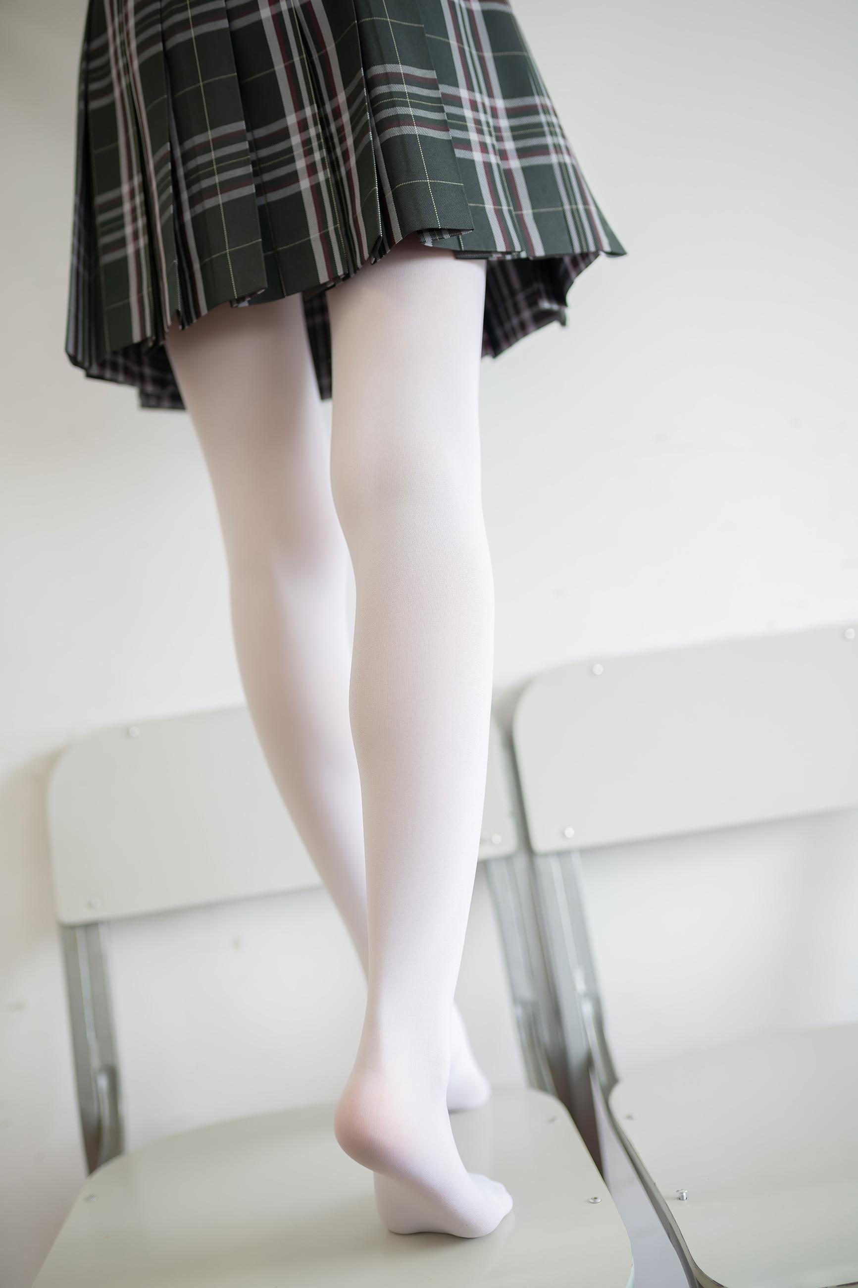白丝双马尾少女 35