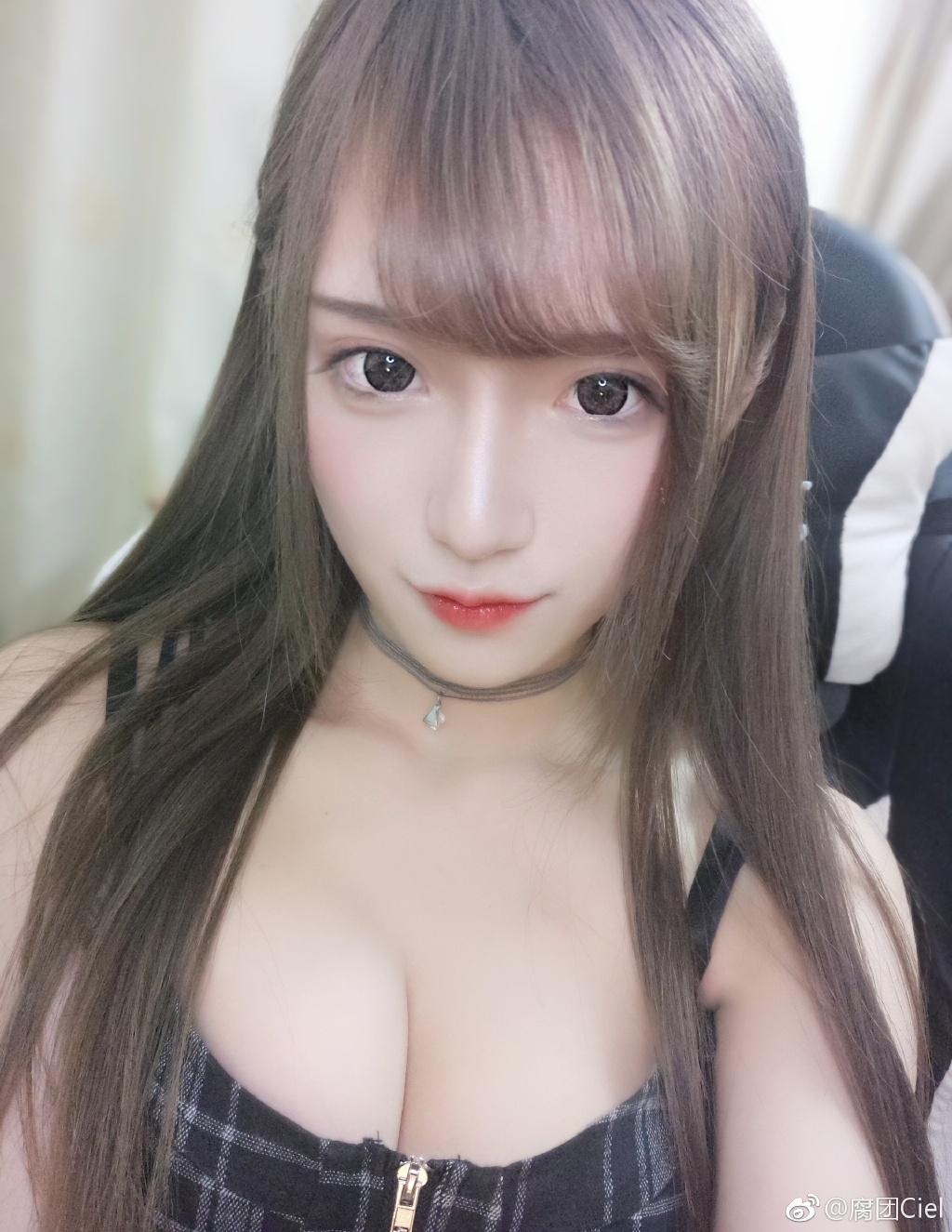 微博妹子推荐@腐团Ciel 一个美貌于性感共存的女主播