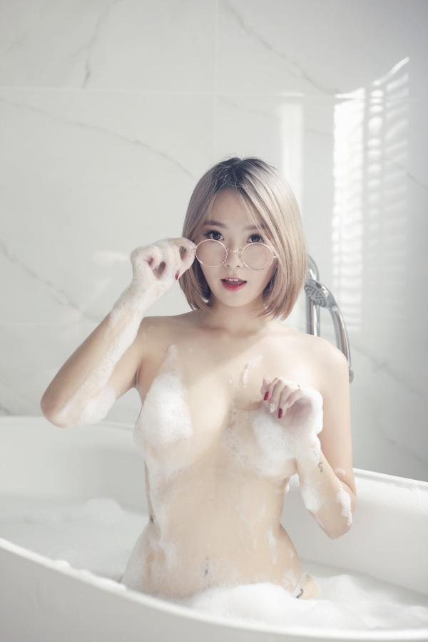 眼镜妹子洗澡。好可爱