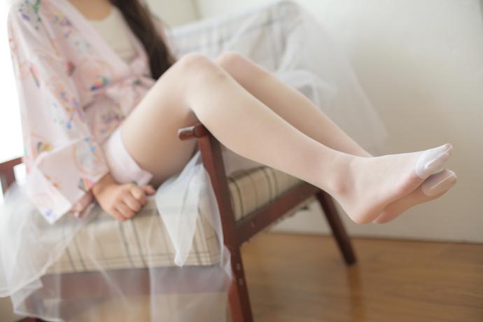 沙发白丝小萝莉