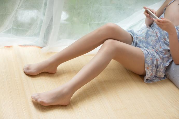 爱玩游戏的肉丝小萝莉 清纯丝袜