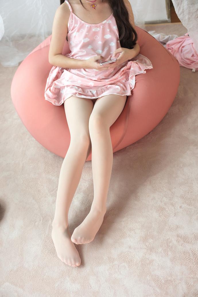 甜美白丝萝莉私房照 清纯丝袜