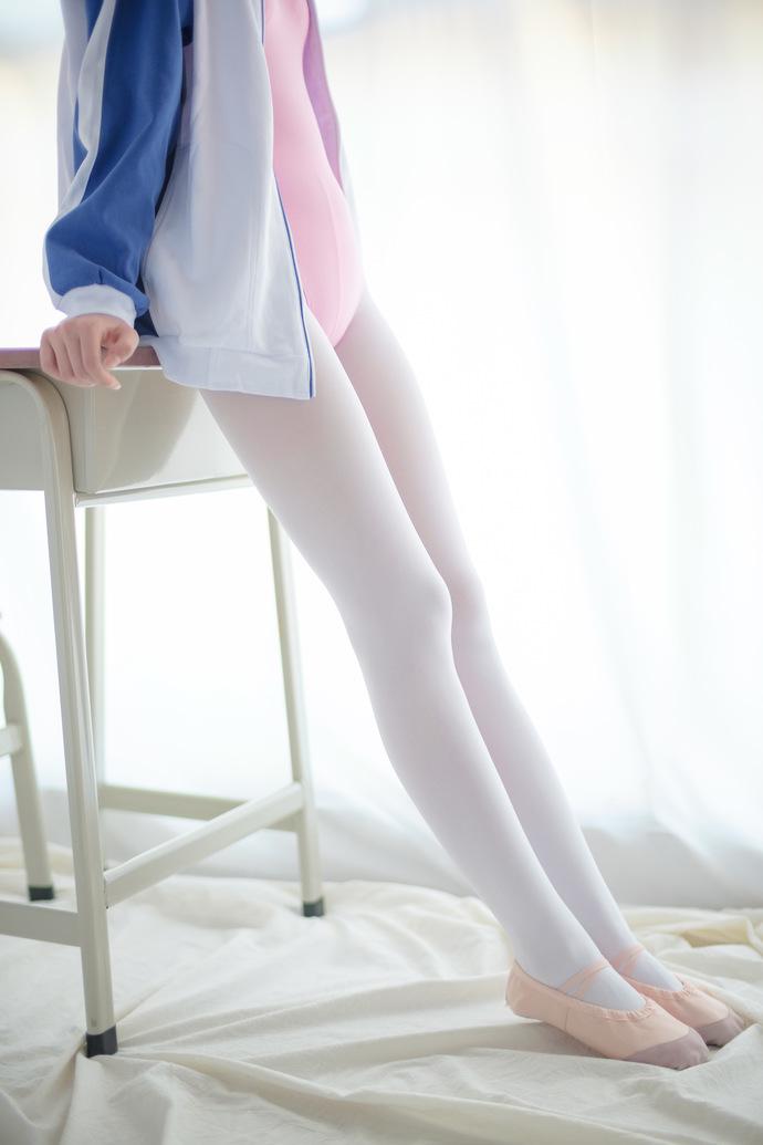 粉红色的白丝女同学 清纯丝袜