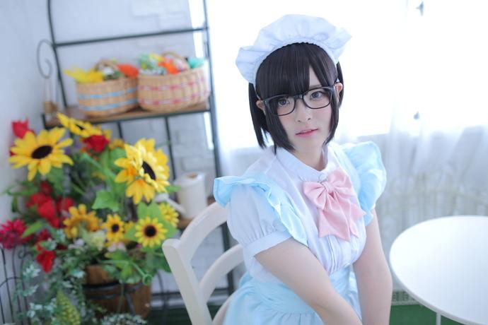 可爱的眼镜女仆小萝莉