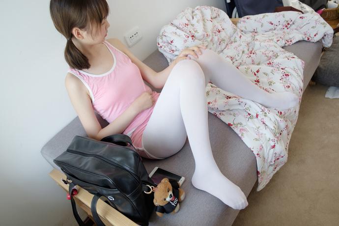 沙发上的可爱小萝莉