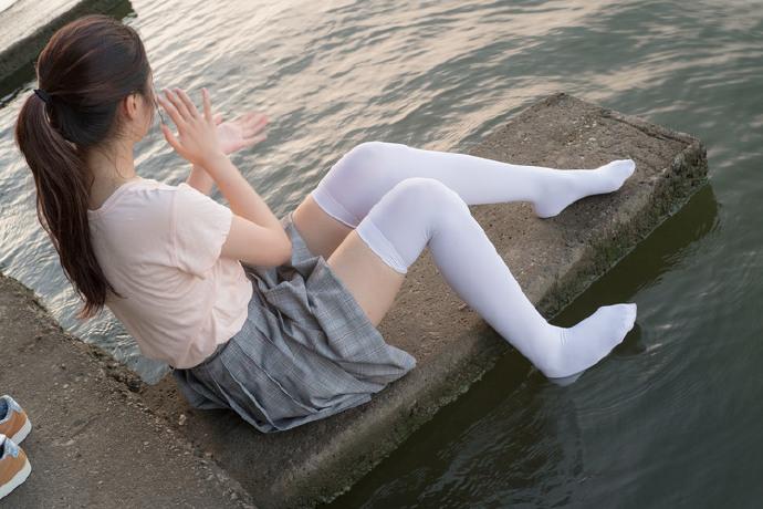 白丝小萝莉一个人在海边