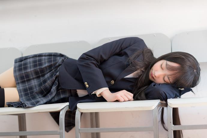 学生制服的妹子有点困了