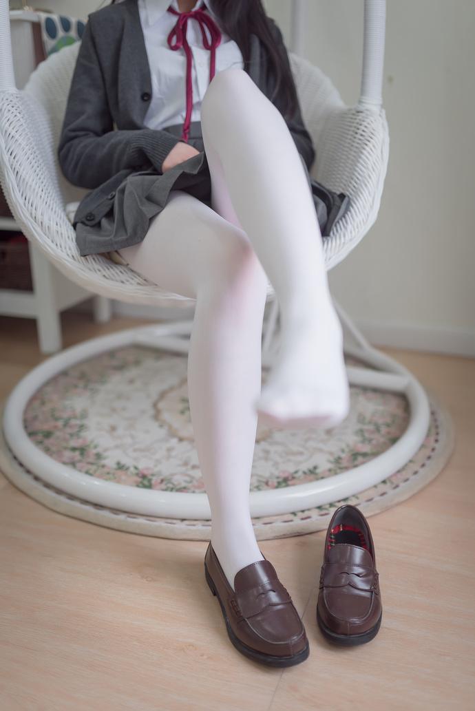 圆润可爱的白丝 jk 清纯丝袜