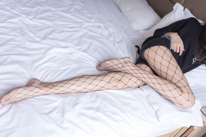 网袜少女在床上
