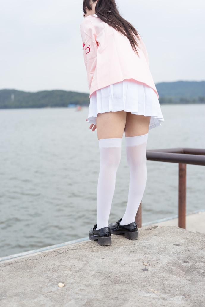 野生萝莉,在江边吹风 清纯丝袜