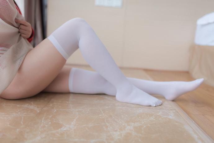 红衣白丝大白腿姐姐