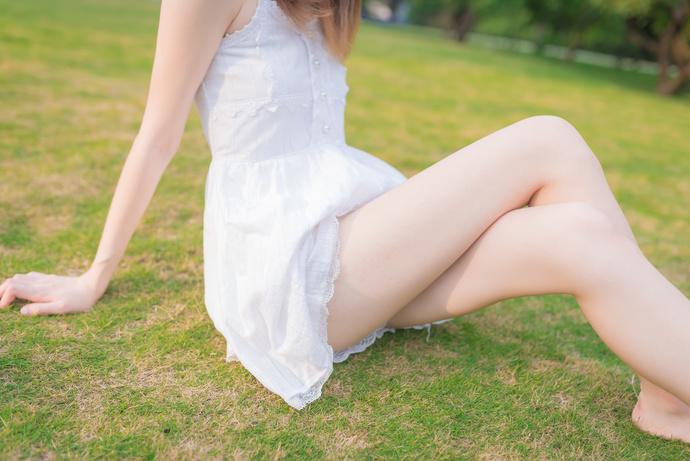 果腿白裙子野外搔首弄姿