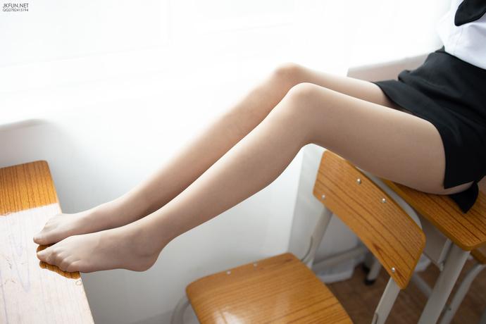 教室里面的黑丝萝莉同桌