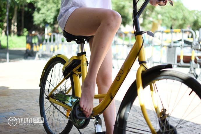 雅拉伊-美足小姐姐骑着小黄车