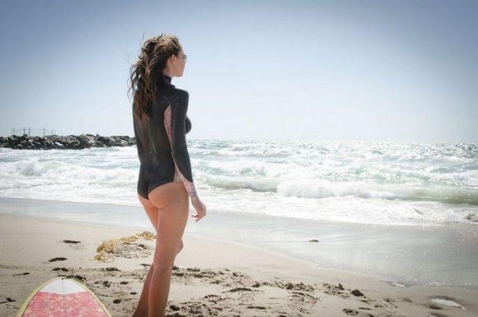 性感的冲浪女孩,她们没穿泳衣哦