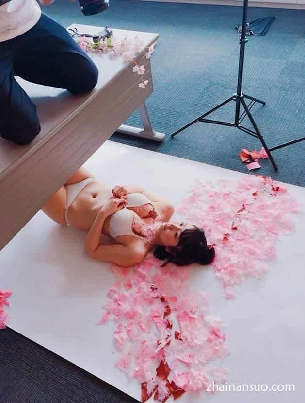 《欧派艺术》稚嫩软软的胸上作画有什么体验-椎名香奈江-宅男说