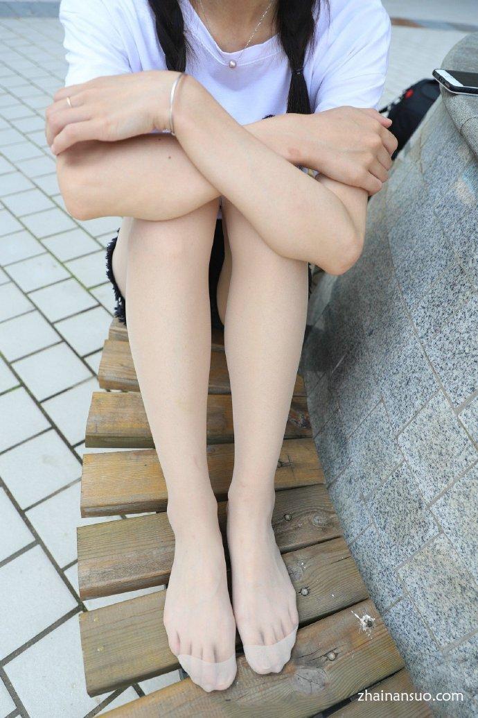 【妹子图】双马尾可爱小妹妹肉丝袜小脚丫嫩嫩的-宅男说