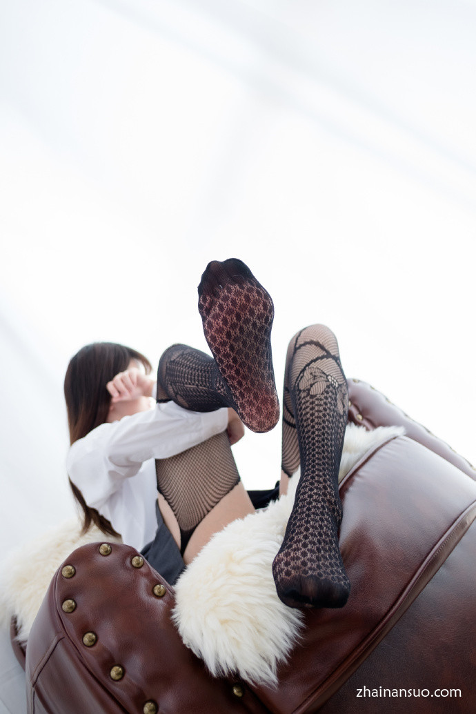 【妹子图】森萝财团[R15-019]黑色情趣袜少女-宅男说