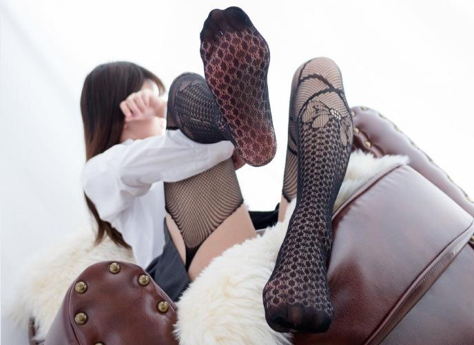 【妹子图】森萝财团[R15-019]黑色情趣袜少女