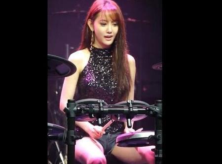 韩国美女鼓手雅妍打鼓福利 热门视频 图1
