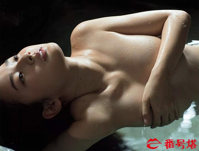 日本女星高�胂惴�接近裸体的性感