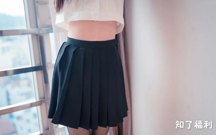 「妹子图」百褶裙的黑丝美腿少女写真