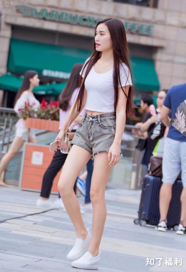 「街拍美女」高颜值美女热裤性感辣妹