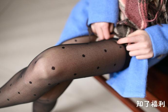 「妹子图」大西瓜爱牙膏蓝色大衣黑丝美腿写真
