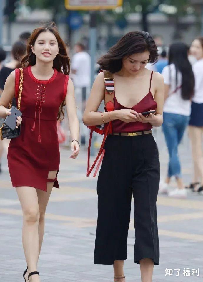「街拍美女」夏日激情的露背吊带衫
